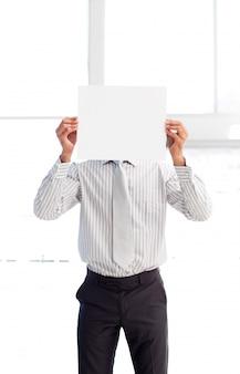 Zakenman die een witte kaart voor zijn gezicht voorstelt