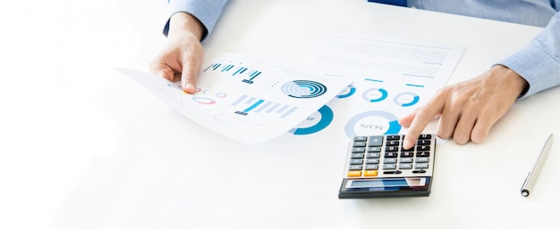 Zakenman die en financiële gegevens berekent analyseert