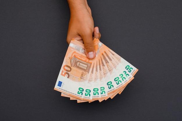 Zakenman die euro rekeningen houdt.