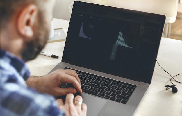 Zakenman die financiële verslagen in bureau controleert