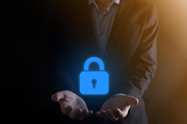 Zakenman die gegevens persoonlijke informatie op virtuele interface beschermt