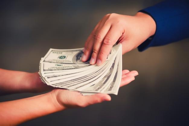 Zakenman die geld betaalt - de dollar van de verenigde staten (usd) rekeningen