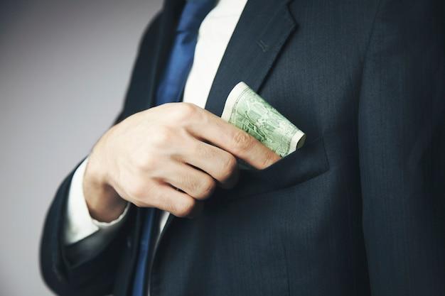 Zakenman die geld in de zak houdt