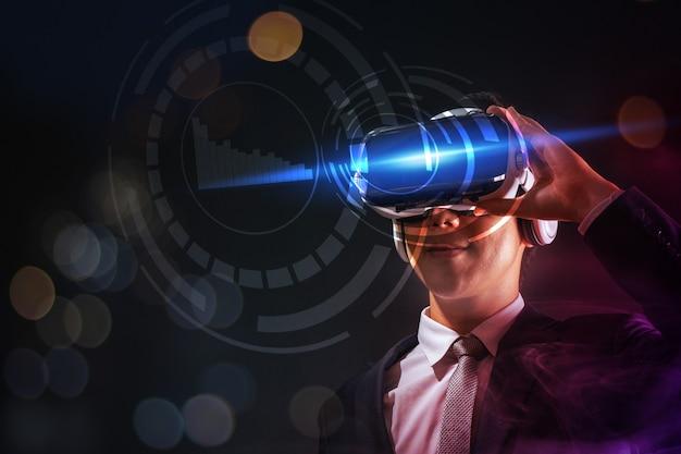 Zakenman die glazen virtuele werkelijkheid draagt