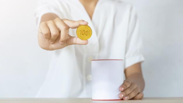 Zakenman die gouden muntstukken houdt die muntstukbank aanbrengt. concept geld te besparen voor financiële boekhouding