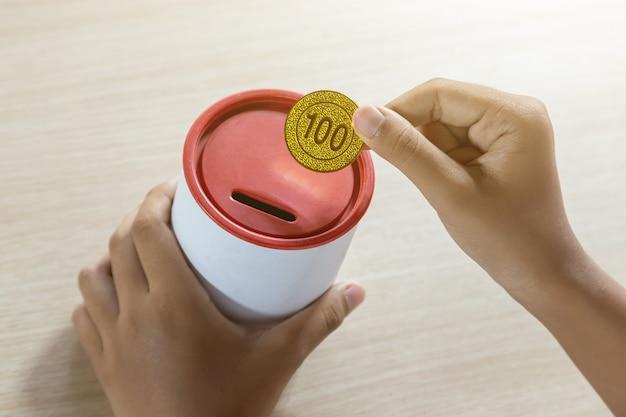Zakenman die gouden muntstukken houdt die muntstukbank aanbrengt. concept om geld te besparen voor financiële boekhouding