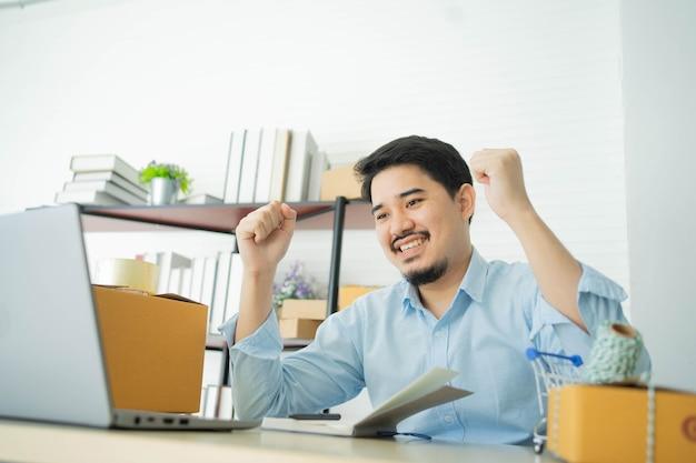 Zakenman die hand opsteekt na volledige bestelling of groot project behandelt met partner in thuiskantoor