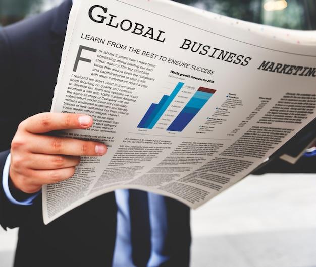 Zakenman die het financiële nieuws leest