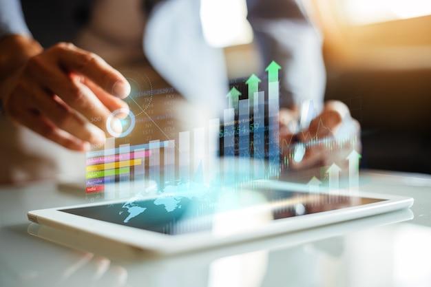 Zakenman die het financiële rapport van het bedrijf analyseert met grafische augmented reality