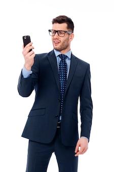 Zakenman die het scherm van zijn smartphone kijkt