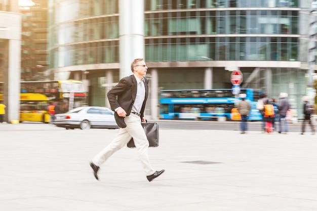 Zakenman die in de stad loopt, die beeld filtert