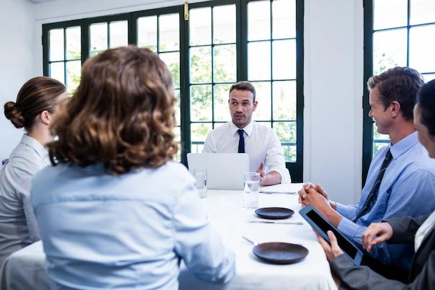 Zakenman die in een commerciële vergadering spreekt