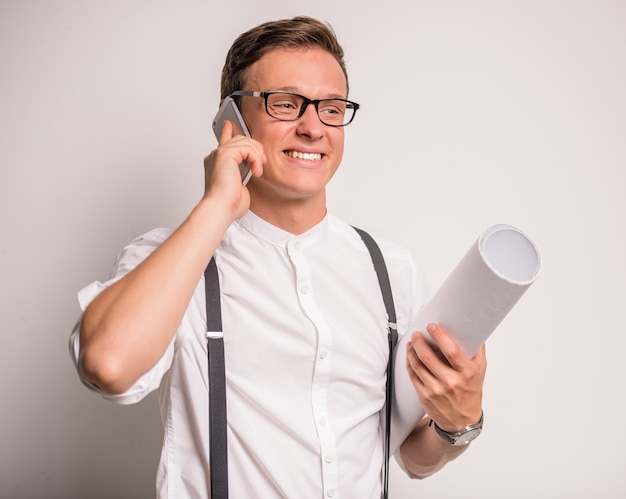 Zakenman die in glasess op de telefoon spreekt.