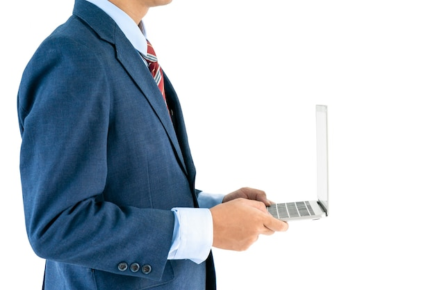 Zakenman die in kostuum laptop over witte achtergrond houdt