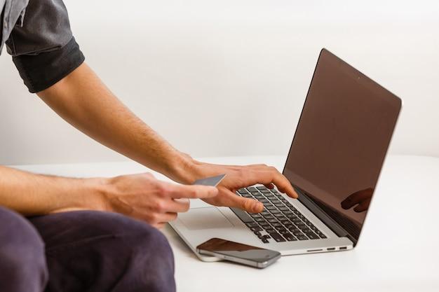 Zakenman die investeringsgrafieken met laptop analyseren. accounting