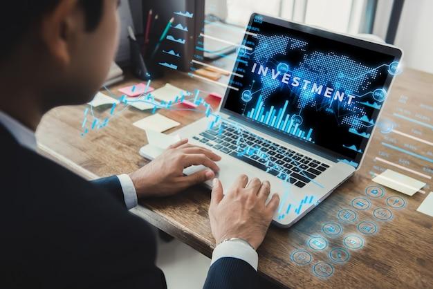 Zakenman die laptop computer met futuristische online financiële digitale gegevensvertoning met behulp van