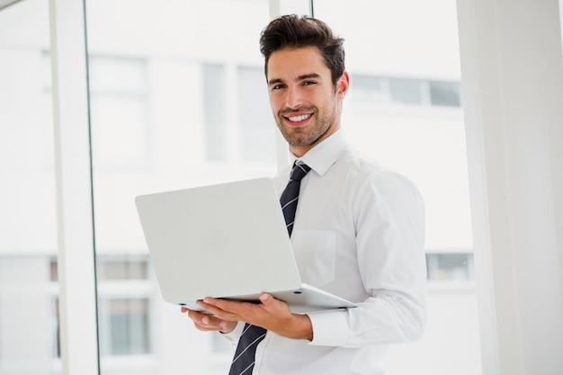 Zakenman die laptop met behulp van en het maken van nota's