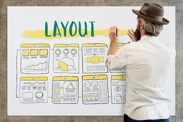 Zakenman die lay-out ontwerpt