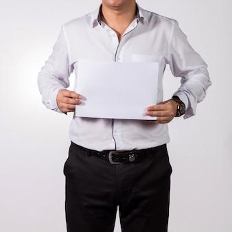 Zakenman die leeg witboek toont.