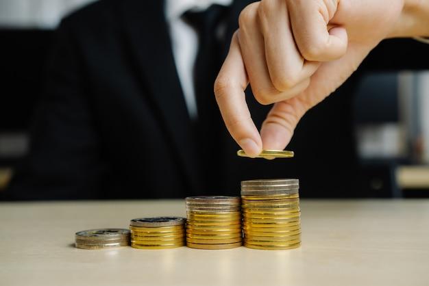 Zakenman die met de munt van het muntstukgeld werkt.