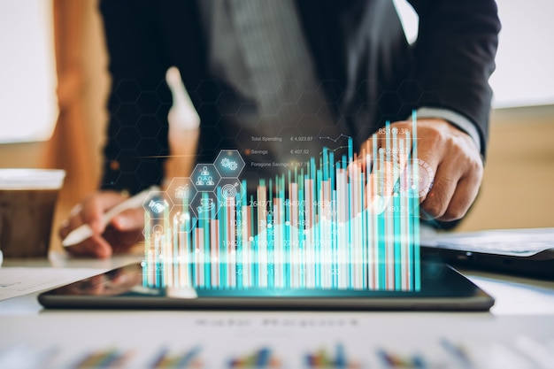 Zakenman die met digitale marketinganalyse werkt om te investeren concept van toekomstige zaken