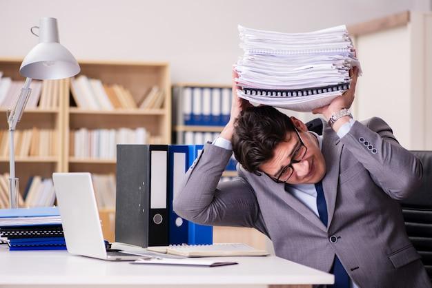 Zakenman die met stapels documenten worstelt
