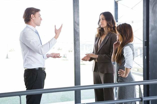 Zakenman die met team in bureau interactie aangaan