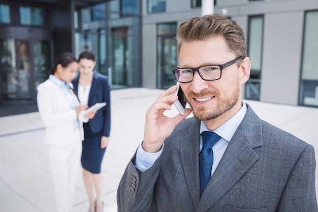 Zakenman die mobiele telefoon spreekt