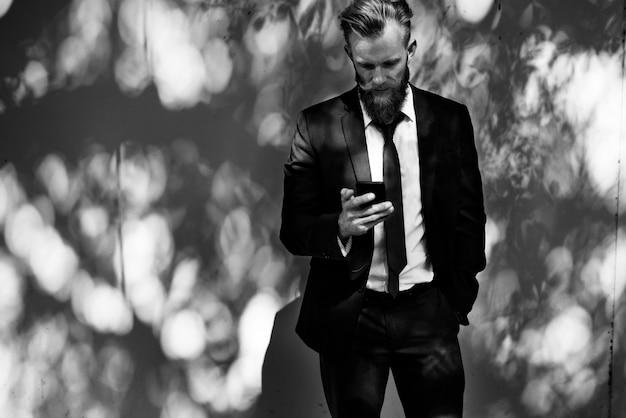 Zakenman die mobiele telefooncommunicatietechnologie met behulp van