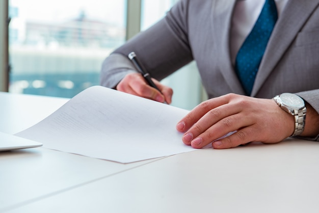 Zakenman die nota's neemt tijdens de vergadering