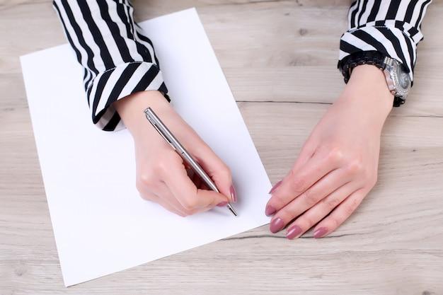 Zakenman die of een nota in een leeg notitieboekje schrijft trekt