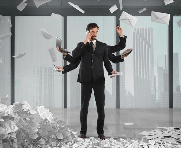 Zakenman die om problemen op te lossen multitasking wordt met documenten van bureaucratie en papierwerk