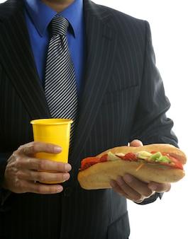 Zakenman die ongezonde snel voedsel eet
