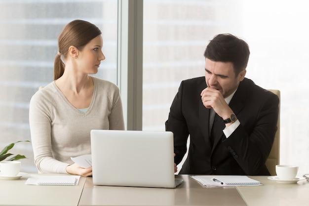 Zakenman die op boring commerciële vergadering geeuwt