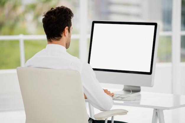 Zakenman die op computer werkt