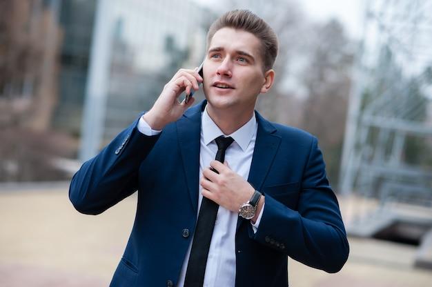 Zakenman die op de telefoon op de straat spreekt