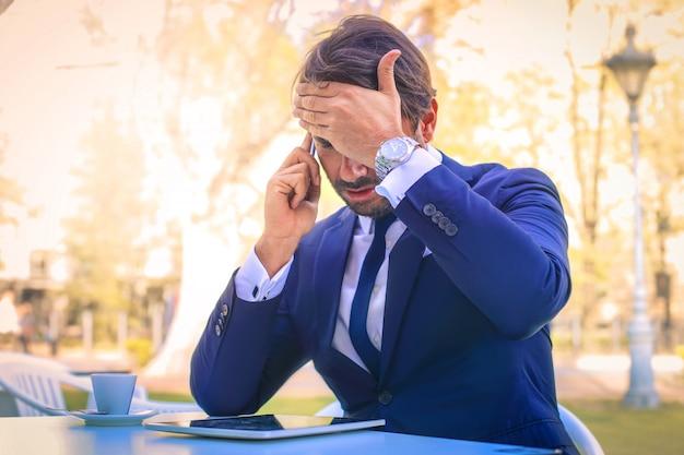Zakenman die op de telefoon spreekt openlucht