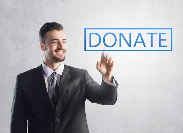 Zakenman die op een donatieteken drukt