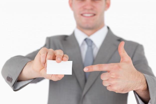Zakenman die op een leeg adreskaartje richt