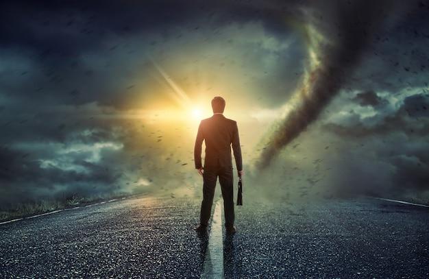 Zakenman die op een tornado letten. concept voor succes.