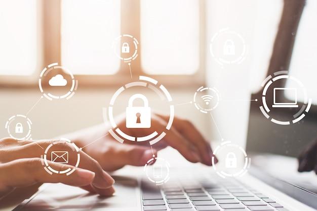 Zakenman die op laptop werkt. bescherming netwerkbeveiliging computer en veilig uw gegevens concept. digitale misdaad door een anonieme hacker
