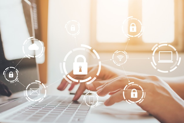 Zakenman die op laptop werkt. bescherming netwerkbeveiligingscomputer