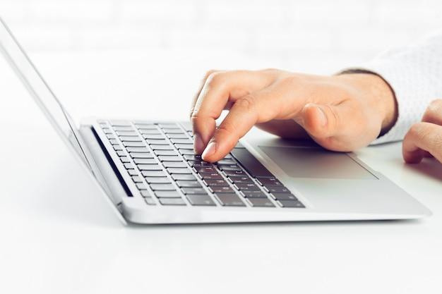 Zakenman die op laptop werkt. op de tafel