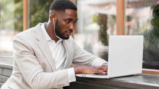 Zakenman die op laptop werkt