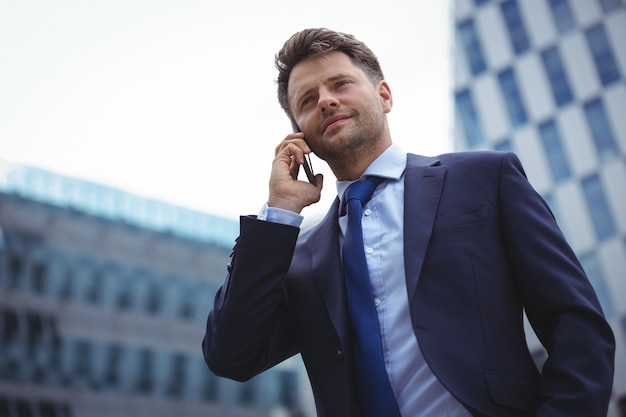 Zakenman die op mobiele telefoon spreekt