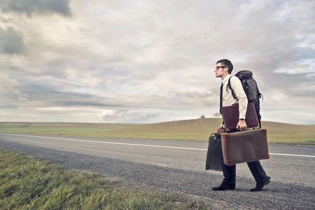 Zakenman die op reis gaat