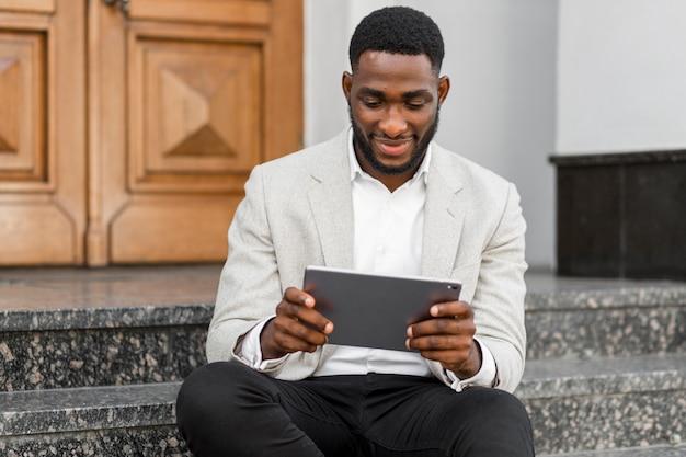 Zakenman die op tablet kijkt