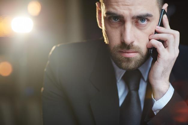 Zakenman die op telefoon spreekt
