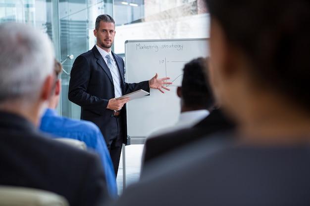 Zakenman die op witte raad met medewerkers bespreken