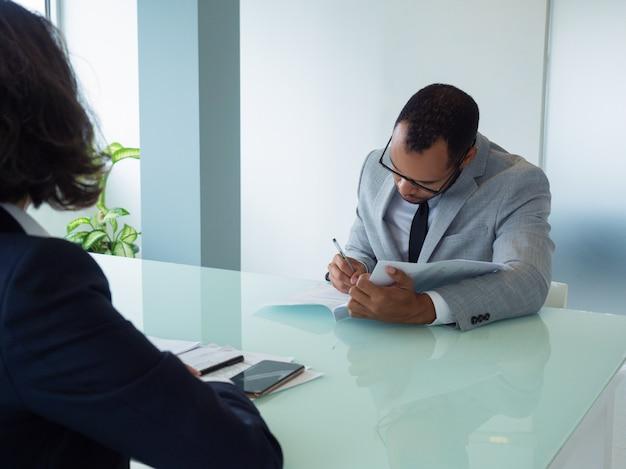 Zakenman die overeenkomst ondertekenen op vergadering